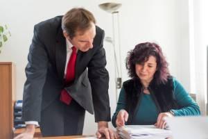 Das Team vom Maklerbüro Fischer bei der Unterlagensichtung für den Immobilienverkauf.