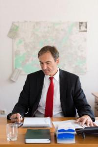 Rainer Fischer bei der Vorbereitung des Notartermins