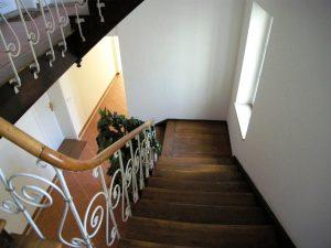 Treppenhaus einer Altbauwohnung in München deren Preise steigen