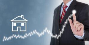Geschäftsmann zeigt Prognose für Immobilien