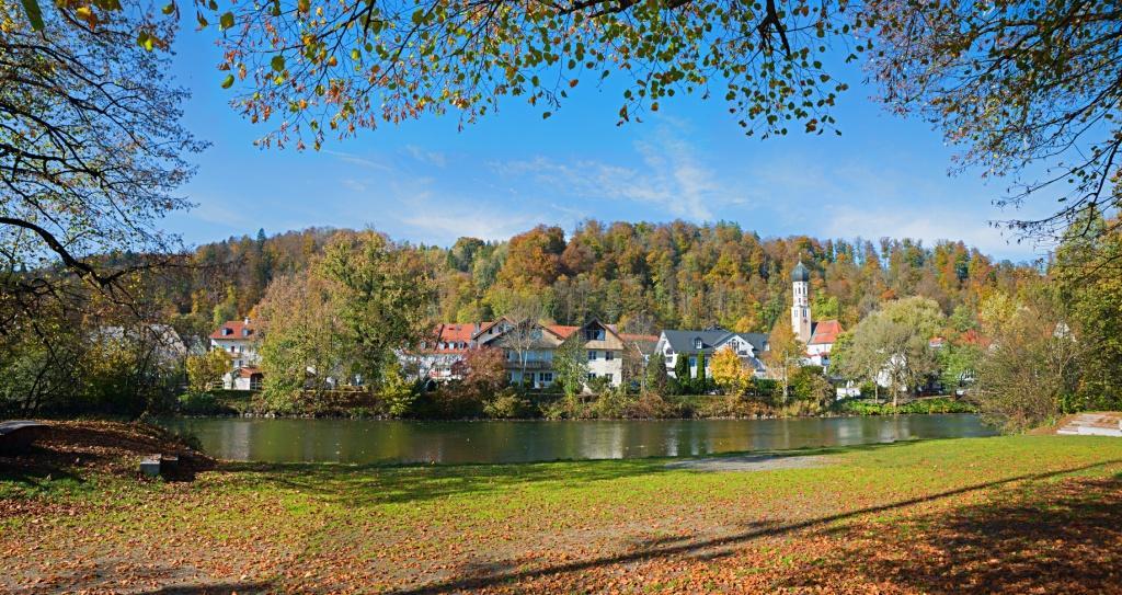herbstliches Isarufer bei Wolfratshausen