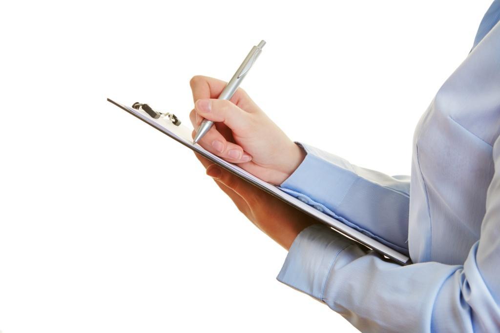Hand mit Stift und Checkliste